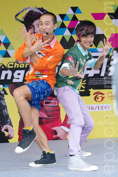 浩角翔起于2015年11月1日在台北为第三张EP举办签唱会。左起为浩子、阿翔。(黄宗茂/大纪元)