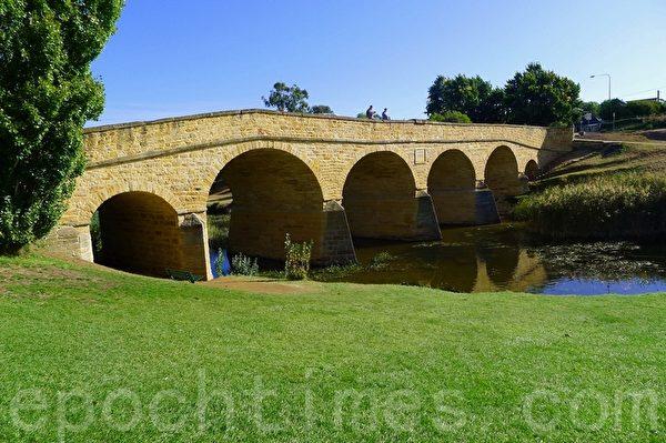 澳洲最古老的石橋,依然是裡士滿鎮的交通要道。(華苜/大紀元)