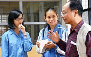 兰阳女中学生与吴敏显互动。(宜兰文化局提供)
