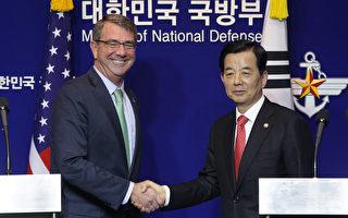 美國國防部長卡特(左)與韓國國防部長韓民求於2015年11月2日舉行會談,雙邊會後發表聯合聲明表示絕不容許北韓的武力挑釁,並呼籲北韓停止核計劃。(Chung Sung-Jun/Getty Images)