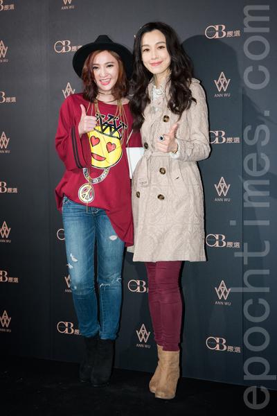艺人吴思颜(左)、范玮琪(右)11月2日在台北出席秋冬时尚秀。(陈柏州/大纪元)
