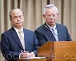 """对于美国抨击台湾干预汇率,中央银行总裁彭淮南(右)2日表示:""""QE(货币宽松政策)对汇率的影响也很大。""""(陈柏州/大纪元)"""