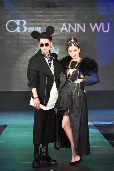 艺人小乐吴思贤(左)挺姐姐吴思颜,两人同台走秀惊艳全场。(OB严选提供)