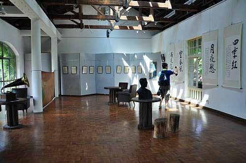 主建筑物二楼展演馆之二,展出台湾音乐家邓雨贤的作品。(图片提供:tony)