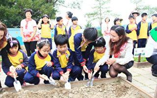 东安国小校长黄木姻(右)要学生亲自种植、照顾、采收。(徐乃义/大纪元)