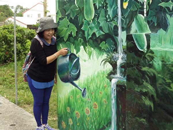 彩绘巷内的丝瓜棚,游客可以与之互动,非常有趣。(廖素贞/大纪元)