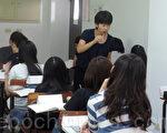 日本東北學院學生立花理砂(站立者),到大葉大學進行教學實習。(郭益昌/大紀元)