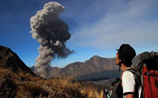 由於火山爆發的火山灰,導致峇里島的恩古拉萊國際機場持續關閉,共有100多個航班停飛。(AFP)