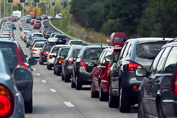 报告:想不堵车?收过桥费