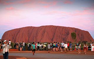 夕阳西下时,艾尔斯巨岩变成绯红色。(Chris Jackson/Getty Images)