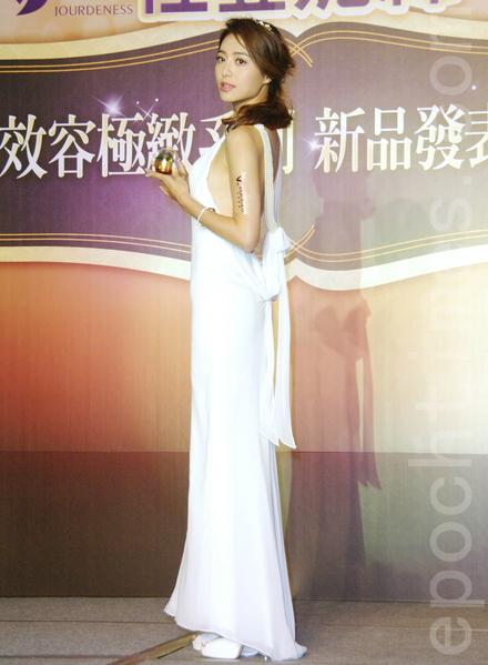 白歆惠於2015年11月4日身穿一襲深V禮服出席知名保養品牌新品發表會。(黃宗茂/大紀元)