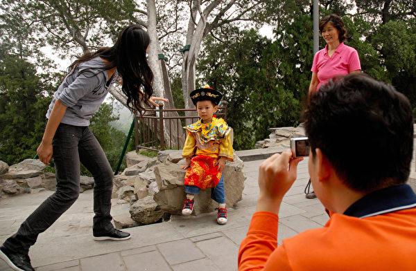 許多獨生子女都是家裡的「小皇帝」、「小皇后」。(WANG ZHAO/AFP/Getty Images)