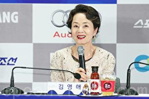 11月5日下午,前一届获得奖杯演员金姈爱在首尔出席参加第36届青龙电影奖明星拓手印活动。(全宇/大纪元)