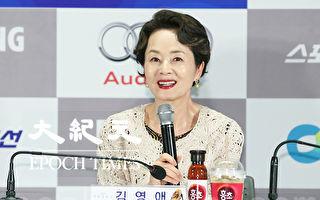 11月5日下午,前一届獲得獎杯演員金姈愛在首爾出席參加第36屆青龍電影獎明星拓手印活動。(全宇/大紀元)