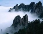 远远望见太华诸峰。竟是山如削成,骨如剑戟,比起武当之苍秀,又是不同。(网络图片)