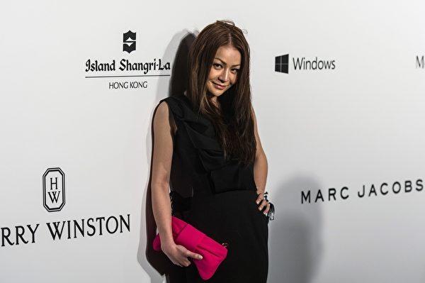 香港特首梁振英在其女儿梁齐昕于2015年3月14日参加2015年邵氏影城amfAR香港晚会走红地毯。(ANTHONY WALLACE/AFP/Getty Images)