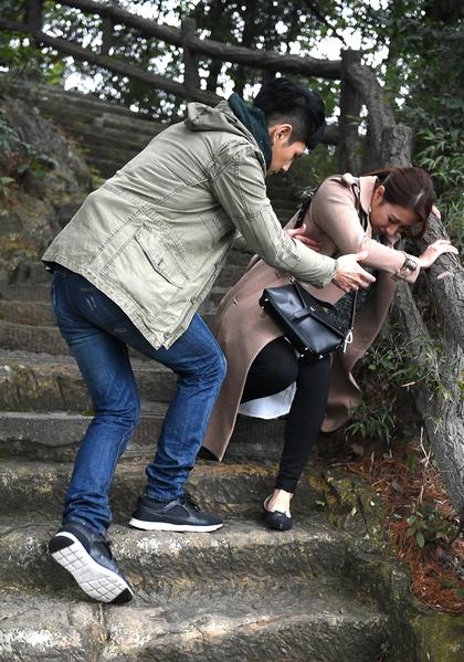 楊晴(右)跟Hero祖雄在大陸取景拍攝新劇,演出扭傷腳的戲。(聯意製作提供)