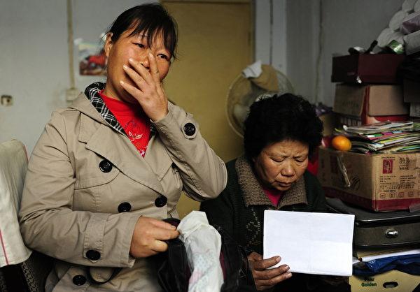 2009年11月7日,河南鄭州37歲的李玉琴(音譯)和胡小嬌(音譯,右)的孩子都失蹤了。她們確信孩子是被拐賣了。(PETER PARKS/AFP/Getty Images)