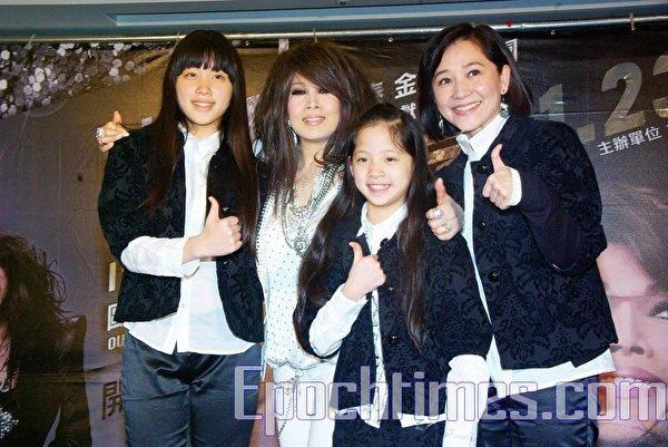 2009年歐陽菲菲台灣演唱會前夕,傅娟(右)帶著兩女兒來看歐陽菲菲。(黄宗茂/大纪元)