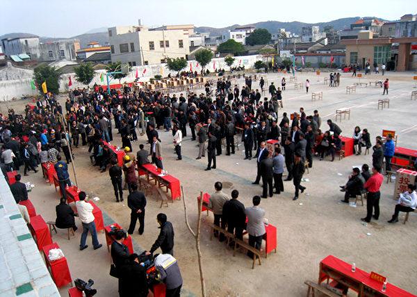2012年2月1日,廣東陸豐烏坎村舉行了一人一票選舉村民選委會。(STR/AFP/Getty Images)