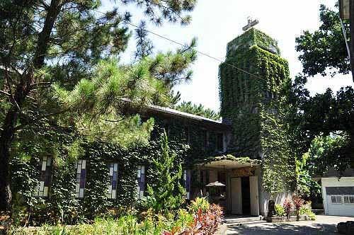 从另一角度观赏新城天主堂。左侧小花园内有一块古碑。  (图片提供:tony)