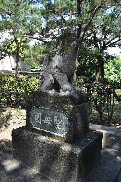 神社狛犬,如今守护天主堂圣母亭。 (图片提供:tony)