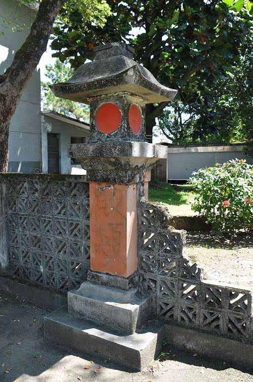 """新城神社石灯笼遗迹。灯座隐约可见""""败类""""涂鸦文字。(图片提供:tony)"""