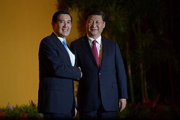 馬英九和習近平在媒體記者鏡頭前握手長達兩分鐘,之後各自向媒體揮手致意。(MOHD RASFAN/AFP/Getty Images)