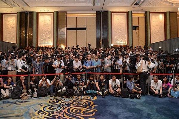 馬習會開始前,香格里拉飯店遭大批媒體「占領」。(MOHD RASFAN/AFP/Getty Images))