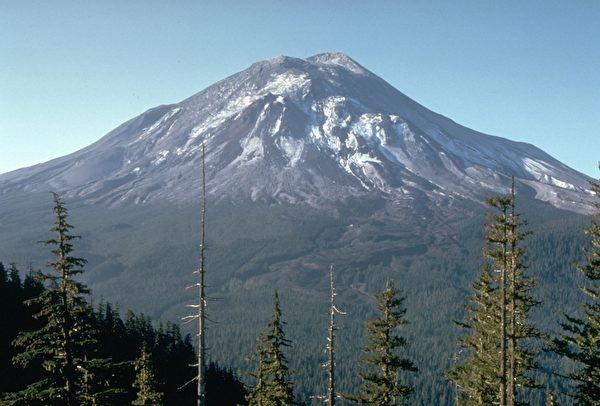 聖海倫火山1980年爆發之前,山頂還沒有缺了一截。(維基百科公有領域)