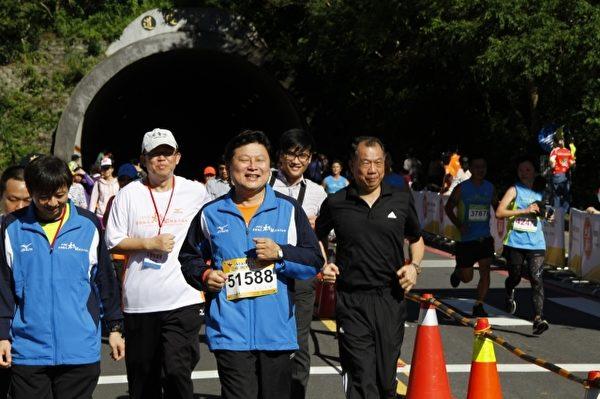 太鲁阁峡谷马拉松赛7日清晨热闹登场,花莲县长傅崐萁(右2)和太管处长杨模麟(左2)等人,与1万5千多名选手同时开跑。(詹亦菱/大纪元)