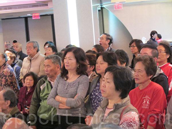 「新唐人」主辦的「健康脊椎一百歲講座」,人氣火爆,座位坐滿,很多人站著專心聆聽。(林丹/大紀元)