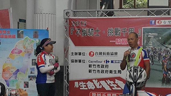 來自香港的謝綺淮﹝左﹞與黃國鳴﹝右﹞分享抗癌經歷。(林寶雲/大紀元)