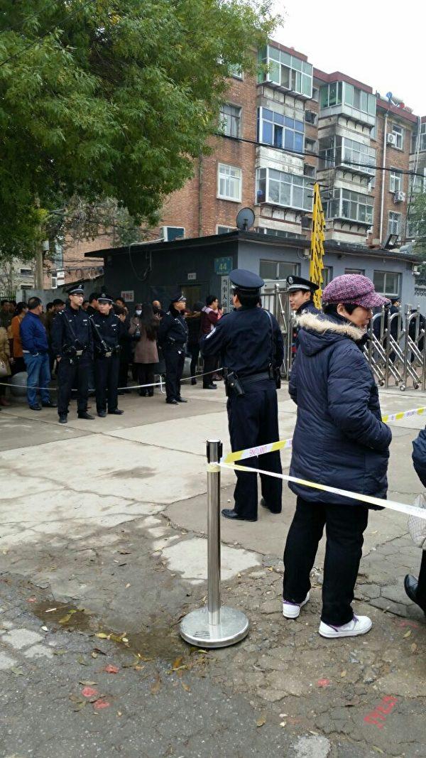 11月9日上午9點半,河北省滄州市運河區法院非法開庭審理去年8月17日無辜被抓9名法輪功學員。法院外戒備森嚴,警方設置警戒線。(網絡圖片)