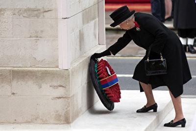 英国女王向阵亡将士纪念碑献花环。(Carl Court/Getty Image)