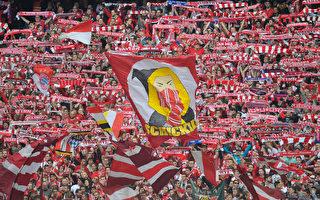 拜仁4-0大胜斯图加特,连续六个主场进球数在4个以上。图为拜仁球迷在给球队助威。(Bongarts/Getty Images)