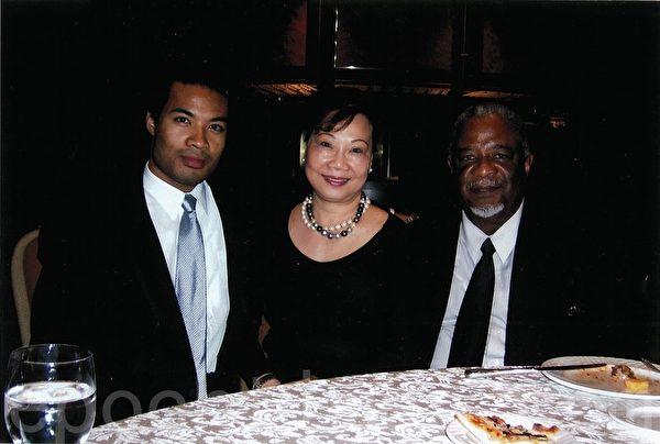 華社僑領王珠娥和她的先生和兒子。(本人提供)