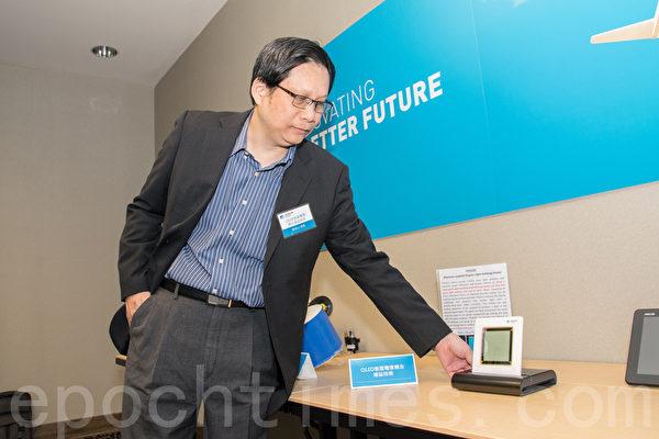 鄭名山組長介紹新型有機發光二極管藍光材料。(曹景哲/大紀元)