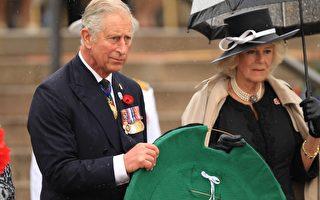 查尔斯王储夫妇参加了在堪培拉澳洲战争纪念馆举行的纪念仪式,代表女王向阵亡军人獻花圈。(Stefan Postles/Getty Images)