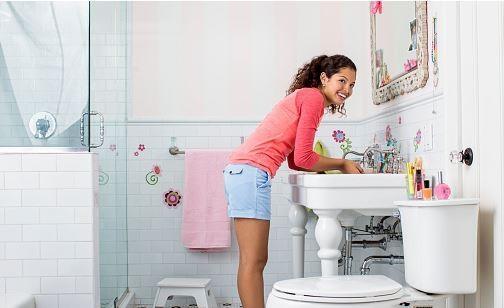 把过期香水喷在浴室、厕所可以净化空气。(GettyImage)