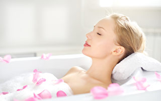把过期香水拿来泡澡,滴几滴在浴缸里,睡前泡个香水澡舒压,保你一夜好眠。(Fotolia)