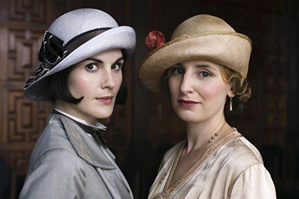 《唐顿庄园》第6季,大小姐玛丽(左)和二小姐伊迪丝姊妹多年来的嫌隙终于和解。(杰德影音提供)