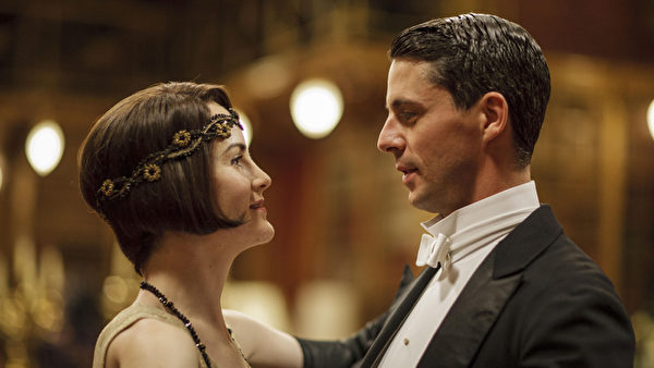 《唐顿庄园》第6季,喜爱赛车的绅士亨利最终和大小姐玛丽结婚。(杰德影音提供)