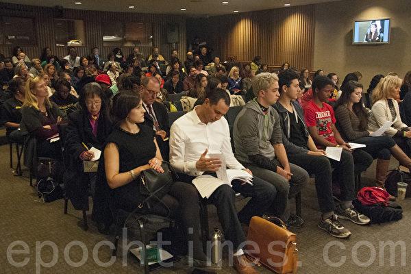 在11月10日舊金山聯合學區會議現場,有近百名家長在現場,擬向學區提出抗議,力爭保留原有代數教學順序。(周鳳臨/大紀元)