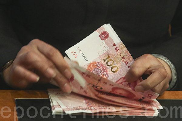 金融大亨大卫?泰铂说,人民币贬值可能将来临。对冲基金大亨约翰?伯班克警告,中国硬着陆可能点燃全球衰退。(余钢/大纪元)