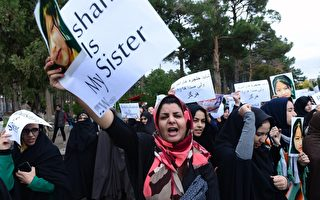 2015年11月12日,阿富汗許多城市舉行大規模示威,抗議包括一名9歲女孩在內的7名哈扎拉少數民族人慘遭屠殺。 (Aref Karimi/AFP/Getty Images)