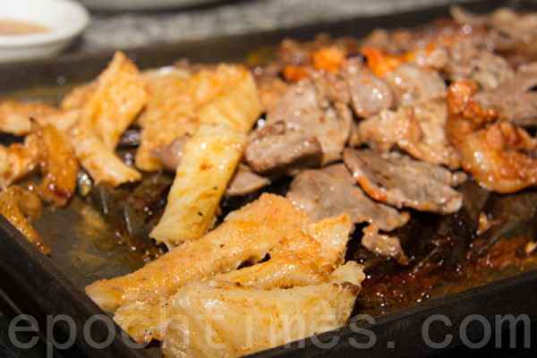 烤牛肚要注意時間,小心肉被烤糊了。(許心如/大紀元)