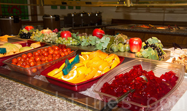 水果區餐檯。(許心如/大紀元)
