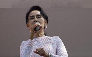 缅甸全民盟确定嬴得国会绝对多数席位后,如何和平过渡到民主的文人政府将是国际未来关注焦点。图为昂山素姬11月9日初步确知胜选后,在NLD仰光总部阳台上对支持者讲话。(AFP/ Ye Aung THU)