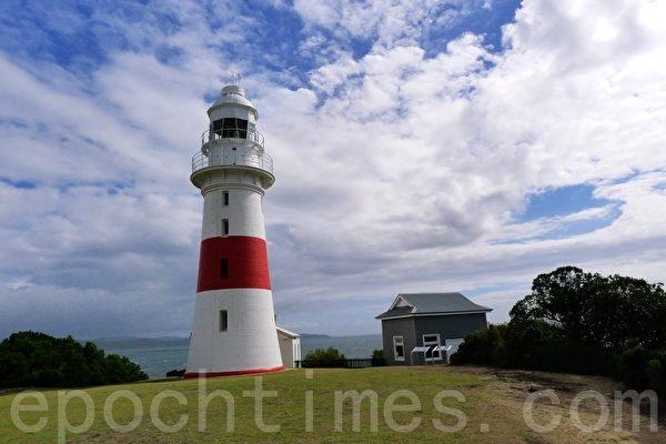 在Low Head的頂頭有一座燈塔,這座燈塔是澳洲修建的第三座老燈塔,並且還在繼續導航,現在已經改建為自動工作的燈塔了。(華苜/大紀元)
